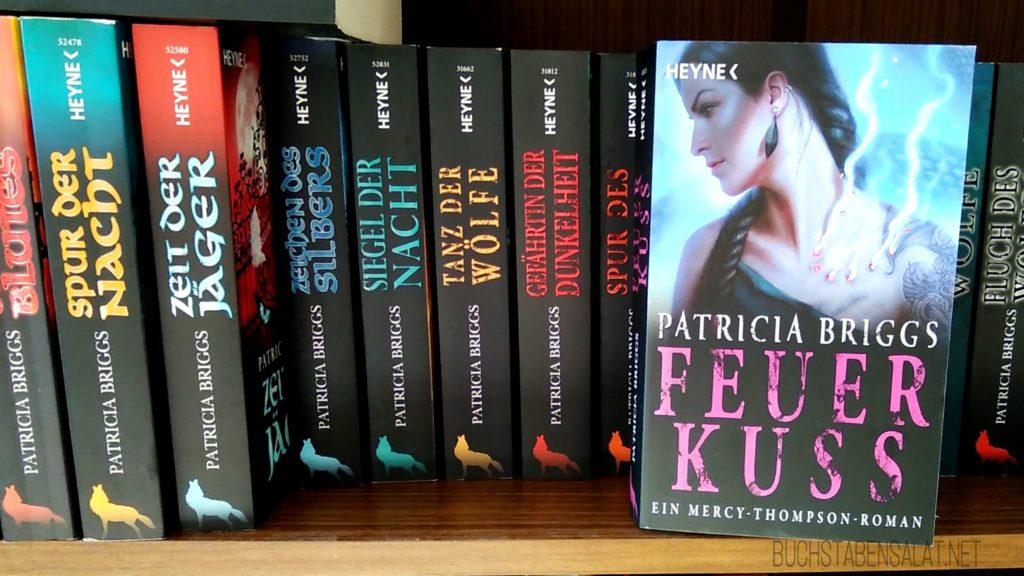 """Mercy Thompson 12. Buch steht im Regal mit dem Cover zum Betrachter. Dahinter die restlichen Bände der Reihe mit dem Buchrücken zum Betrachter. Wasserzeichen """"Buchstabensalat.net"""""""