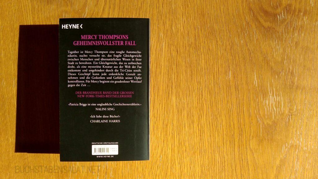 """Mercy Thompson 12 Rückseite des Buches. Buch liegt auf der linken Seite, Hintergrund hellbraunes Holz. Wasserzeichen """"Buchstabensalat.net"""""""