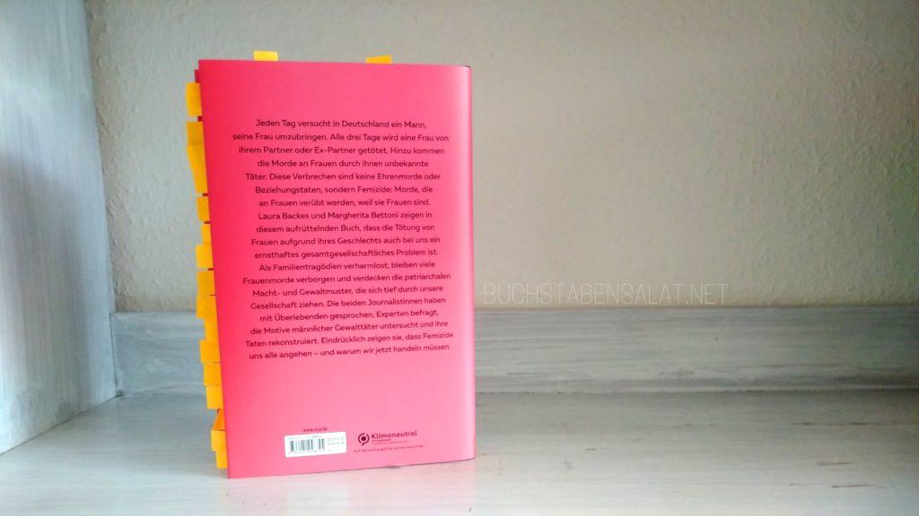 Alle drei Tage. Von Laura Backes und Margherita Bettoni. Rückseite mit Klappentext. Aus dem Buch gucken orange Klebezettel heraus. Das Buch steht auf einem ansonsten leeren weißen Regalbrett vor weißem Hintergrund.