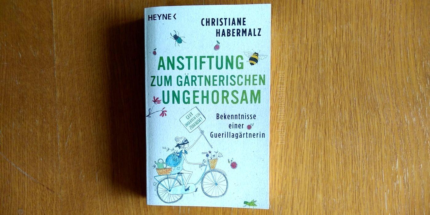 Christiane Habermalz: Anstiftung zum gärtnerischen Ungehorsam. Bekenntnisse einer Guerillagärtnerin. Coveransicht vor Holz. #Pflanzenwoche