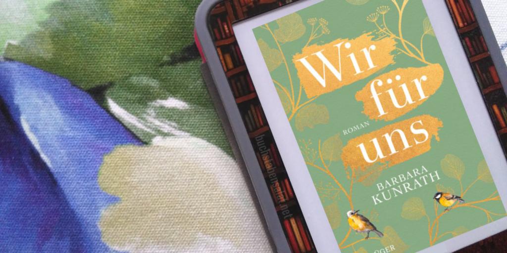 """Das e-Book """"Wir für uns"""" von Barbara Kunrath. Man sieht das Cover des Buches (es ist grün mit weißer Schrift, die gelb hinterlegt ist und trägt Blumen- und Vogelmotive) vor einem bunten Hintergrund. Dieser ist weiß, blau, grün und beige, die Formen sind nicht genauer erkennbar."""