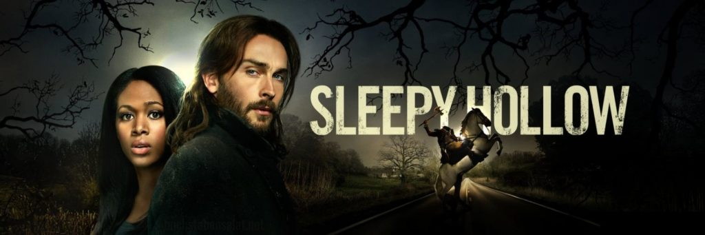 """Banner zur Serie """"Sleepy Hollow"""". Abgebildet sind die Hauptfiguren Ichabod Crane und Abby Mills. Im Hintergrund ist eine düstere Landschaft zu erkennen, darin eine nächtliche Straße mit einem kopflosen Reiter, dessen weißes Pferd steigt."""